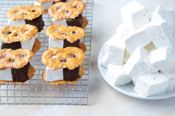 Pretzel S'mores Bites with dark chocolate and homemade marshmallows! via thenovicechefblog.com