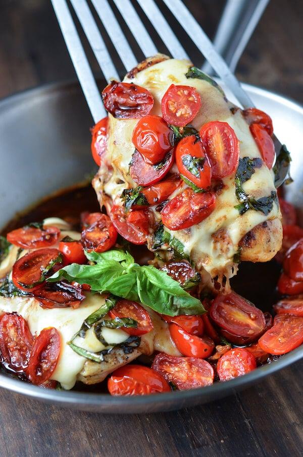Pollo a través de Caprese thenovicechefblog.com